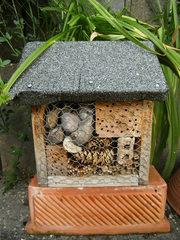 Insektenhaus - Insektenhotel, Insekten, Wildbienen, Bienenhotel, Wespen, Bruthilfe, Höhlung, Nisthilfe, Überwinterungshilfe, Insektenhaus, Insektenschutz, Naturmaterial