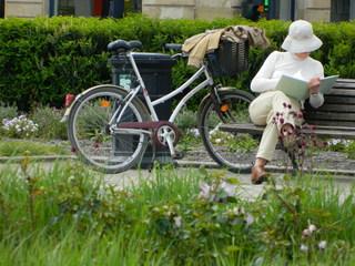 Lesepause - Frau, weiß, Park, Fahrrad, Buch, lesen, Schreibanlass