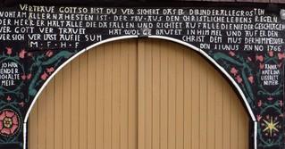 Hausspruch #4 - Fachwerkhaus, Eingang, Balken, Bekenntnis, Spruch, Hausspruch, Spruchinschrift, Hausinschrift, Rechtschreibung, Tür, Türbogen, Bauherren, Baujahr, Zimmermann