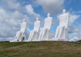 Der Mensch am Meer - Skulpturen - Sehenswürdigkeiten, Sehenswürdigkeit, Wahrzeichen, Skulptur, Statue, Figur, Figuren, Mensch, Menschen, Menschendarstellung, Standbild, Riese, sitzen, sitzend, Betonkonstruktion, Dänemark