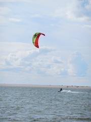 Kite-Surfer - surfen, Wasser, Wassersport, Sport, Sportler, Wind, Segel, Surfer, Meer, Drachen, Board, Lenkdrachensegeln, Kiteboarden, Trendsportart, Windenergie, Freizeitsport, Tourismus, Luftströmung, Winddruck, Vortrieb