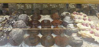Auslagen in  einer boulangerie/patisserie #4 - baba au rhum, foret noire, herisson, meringue, marie charlotte, souris, succes, bucheron, chou chantilly, eclair chantilly