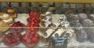 Auslagen in  einer boulangerie/patisserie #5 - religieuse, eclaire, tartelette, petit bonheur, foret noire
