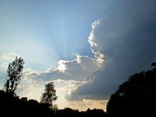 vor dem Gewitter - Gewitter, Wolke, dunkel, Wetter, schwarz, Gewitterwolke, Wettererscheinung, Himmel, Luft, Atmosphäre, Lichtstrahlen, Cumulonimbus, Dämmerung, Sonnenuntergang, Wolkenstrahlen, Kondensation