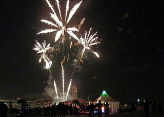 Feuerwerk #4 - Feuerwerk, Nacht, Himmel, Lichter, Farben, leuchten, Feuerwerkskörper, pyrotechnische Gegenstände, koordinierte Zündung, Zündung, Silvester, Neujahr, Pyrotechnik, Rakete, Antrieb, Rückstoß, Licht, dunkel, hell