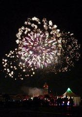 Feuerwerk #5 - Feuerwerk, Nacht, Himmel, Lichter, Farben, leuchten, Feuerwerkskörper, pyrotechnische Gegenstände, koordinierte Zündung, Zündung, Silvester, Neujahr, Pyrotechnik, Rakete, Antrieb, Rückstoß, Licht, dunkel, hell
