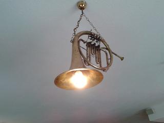Ungewöhnlicher Beleuchtungskörper - Lampe, Musikinstrument, Verfremdung, Horn, Elektrizität, Entfremdung, Umwidmung, Umfunktionierung