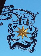 Ausleger- Restaurant - Ausleger, Zunftzeichen, Schild, Hinweisschild, Mittelalter, Reklame, Werbung, Kunstwerk, Kunstguss, filigran, Gold, Stern