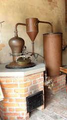 In einer Schnapsbrennerei #5 - Brennofen, Destillierapparat, destillieren, Schnaps, Alkohol, Maische, Vergärung, Obst, Spirituosen, Chemie, Trennverfahren