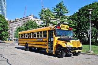 kanadischer Schulbus - Schulbus, schoolbus, Transport, öffentliches Verkehrswesen, öffentlicher Nahverkehr, Schüler, Schülerbeförderung, gelb, yellow, Personenbeförderung, Fahrzeug, Bus, Schule, Canada, Kanada, Amerika, amerikanisch
