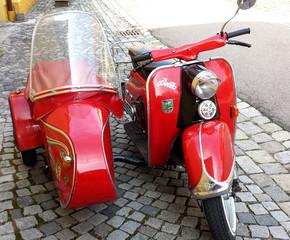 Motorroller mit Beiwagen #2 - Motorroller, Zündapp, Gespann, Beiwagen, Roller, Fahrzeug, Motorrad, fahren, rot, alt, Oldtimer, Retro, selten, Zweirad, motorisiert, Fortbewegung