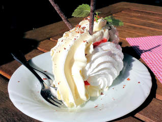 Baiser mit Eis, Sahne und Erdbeeren - Baiser, Meringue, Eiweiß, schlagen, geschlagen, Zucker, Vanilleeis, Erdbeeren, Nachtisch, Dessert, süß, Rahm, Zuckerbäckerei