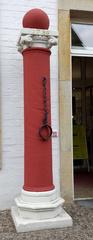 Pranger #1 - Pranger, Schandpfahl, Kaak, Strafe, Strafwerkzeug, öffentlich, bestrafen, anprangern, anketten, verachten, verspotten, fesseln, bewerfen, verprügeln, Schande, Bestrafung, Züchtigung, Säule, Halseisen, Eisen, Kette, Fessel, Gerichtsbarkeit, Gericht, Folter, Mittelalter