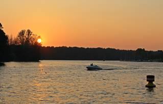 Herbststimmung am See - Sonne, Sonnenuntergang, Dämmerung, Stimmung, See, Wasser, Motorboot, Abend, abendlich, orange, Herbst, herbstlich, Kalenderbild, Impression, Freizeit, Entspannung, Wassersport, Landschaft, Licht