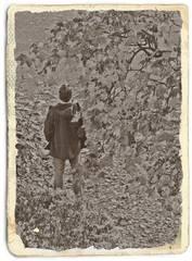 Warten - sw - Herbst, herbstlich, bunt, warten, stehen, denken, Impuls, hoffen, Blätter, Laub, Herbstlaub, zurück, erinnern, Erinnerung, allein, Mensch, geduldig, Geduld, Erwartung, Treffpunkt, einsam, treffen, wait, erwarten