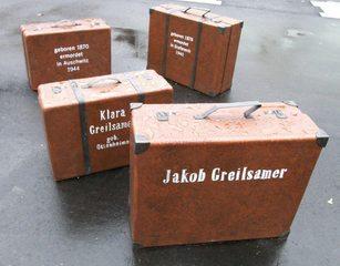 Mahnmal Synagogenplatz #3 - Synagogenplatz, Kunst, Koffer, Judentum, Juden, Holocaust, Nationalsozialismus, Denkmal, Mahnmal, Geschichte