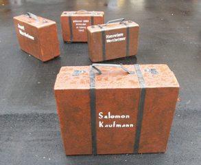 Mahnmal Synagogenplatz #4 - Synagogenplatz, Kunst, Koffer, Judentum, Juden, Holocaust, Nationalsozialismus, Denkmal, Mahnmal, Geschichte