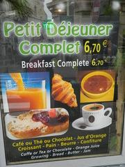 Petit déjeuner complet - Frankreich, petit déjeuner, Frühstück, complet, croissant, beurre, Butter, pain, Brot, confiture, thé, café, jus d'orange, Orangensaft