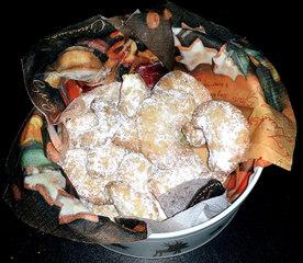 Vanillekipferl - Vanillekipferl, Weihnachten, Gebäck, Weihnachtsgebäck, Kekse, Weihnachtskekse, süß, lecker, Vanille, backen, Keksdose