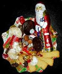 Bunter Teller zu Weihnachten - Bunter Teller, Weihnachten, bunt, Süßigkeiten, Kekse, Gebäck, Tradition, Schokolade, Schokoladenweihnachtsmann, Vanillekipferl, Marzipan, Marzipankartoffeln, Spekulatius, Lebkuchen, Spritzgebäck, Dominosteine, Leckerei