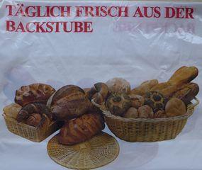 Frisch aus der Backstube - Backstube, Brot, Weißbrot, Baguette, Vollkornbrot, Roggenbrot, Backwaren, Brötchen, Hörnchen, Mohnbrötchen, Roggenbrötchen, Brötchenkorb