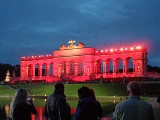 Gloriette im Schloßpark Schönbrunn - Gloriette, Schönbrunn, Wien, Schloss, Schloßpark, Sisi, Sissi, Franz, Kaiser, rot, Licht, Lichtkunst, Lichtinstallation