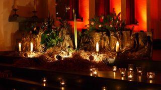 Krippe - Weihnachten, Krippe, Christkind, Jesus, Nacht, Beleuchtung, Licht, Kerzen, Ruhe, Stille, Schreibanlass, Meditation