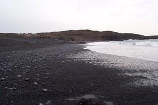 Strand auf Lanzarote_1 - Lanzarote, Sand, schwarz, Meer, Welle, Wasser, einsam, leer, Insel, Kiesel, Kieselstein, Horizont, Urlaub