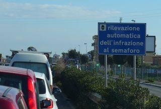 Hinweisschild vor einer Ampel - rilevazione, semaforo, infrazione