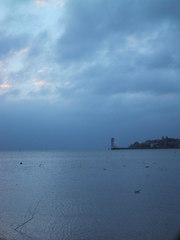 Abendstimmung am Bodensee  - See, Stadt, Uferpromenade, Ufer, Aussichtsturm, Blau, Schlechtwetter, Wolken, kalt, nachdenklich, Stimmung, Meditation, Schreibanlass, kalte Farben