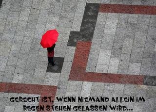 Gerechtigkeit - Gerechtigkeit, gerecht, ungerecht, Ungerechtigkeit, Sinnfrage, Sinn des Lebens, Moral, Ethik, Philosophie, Marienplatz, München, Regen, Regenschirm, rot