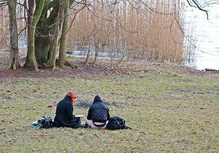 Freizeitgestaltung im Frühling - entspannen, Seele baumeln lassen, See, Wiese, sitzen, lesen, Freunde, ausruhen, faulenzen, Freizeit, Urlaub, Baum, Bäume, Ufer, plaudern, Treff, Treffpunkt, Frühlung, warm, Temperatur, Natur, Schreibanlass, Impuls, Hobby, Zweisamkeit, zwei, Platz