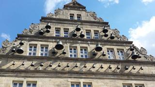 Hameln: Glockspiel am Hochzeitshaus - Hameln, Hochzeitshaus, Giebel, Glockenspiel Carillon, Glocke, Glocken, Musik