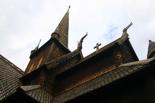 Stabkirche, Detail Dach  - Stabkirche, Dach, Holzbau, Architektur, Kreuz, Dämon, Abwehr, Verzierungen, Holzschindeln, Teer, Wikinger, Christentum, Religion