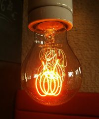 Glühbirne#3 - Glühbirne, Glühlampe, Glühlicht, Lichtquelle, Beleuchtung, Schraubsockel, Glühfaden, Glühwendel, Glaskolben, Licht, elektrischer Leiter, thermische Strahlung, Wärmeleitung, Gas, Elektrizität, Strom, Stromkreis, Physik, Glas