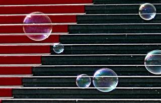 Seifenblasen - Seifenblasen, rot, schwarz, Kontrast, Treppe, Kunst, rund, Physik, Oberflächenspannung, Farben, Spiegelung, Tenside, schimmern, Oberflächenspannung, Membrane, Brechung, Meditation, Schreibanlass, schillern, Blase, Kugel, Halbkugel, Phantasie, Fantasie, Linien