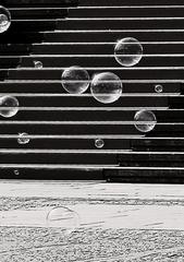 Seifenblasen - Seifenblasen, rot, schwarz, Kontrast, Treppe, Kunst, rund, Physik, Oberflächenspannung, Farben, Spiegelung, Tenside, schimmern, Oberflächenspannung, Membrane, Brechung, Meditation, Schreibanlass, schillern, Blase, Kugel, Halbkugel, Phantasie, Fantasie