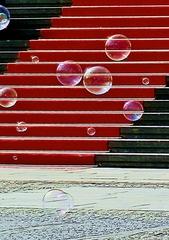 Seifenblasen farbig - Seifenblasen, rot, schwarz, Kontrast, Treppe, Kunst, rund, Physik, Oberflächenspannung, Farben, Spiegelung, Tenside, schimmern, Oberflächenspannung, Membrane, Brechung, Meditation, Schreibanlass, schillern, Blase, Kugel, Halbkugel, Phantasie, Fantasie