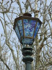 Straßenlaterne - Laterne, Licht, Glas, blau, bunt, Bäume, Beleuchtung
