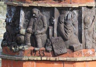 Helmstedt - Gerechtigkeitssäule # 3 - Helmstedt, Säule, Gerechtigkeit, Gericht, Obelisk, Skulptur, Denkmal, Weltkrieg, Judenverfolgung, Relief