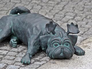 Waldmops #1 - Waldmops, Mops, Hund, Skulptur, Loriot, Humor, Bronze, Figur, Bronzefigur, Kunst, Deutsch, Denkmal, Kultur, Schnauze, Ringelschwanz, Geweih, Spass, lachen, liegend