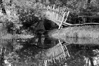 Brücke im Park in sw - Brücke, Bogenbrücke, Spiegelung, Park, Meditation, Wasser, Optik, Illusion, Spiegelung, Impuls, Weg, überschreiten, überspannen, Bogen, Physik, Ethik, Ufer Standpunkt, Kunst, Holz, blau, Gestaltung, Wege