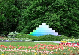 Farbpyramide #2 - Pyramide, Farbe, Farbverlauf, Lichtbrechung, Phänomen, Optik, optisch, Licht, weiß, grün, hellblau, blau, violett, Spektrum, farbig, Kunst, Physik, Prisma, Experiment, Helligkeit, hell, leuchtend, Körper, geometrisch, mathematisch, Mathematik, Körperdarstellung, Ecke, Kante, Rauminhalt, Fläche, Volumen, Spitze, spitz, gerade, regelmäßig, bunt