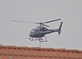Helikopter über dem Dach - Hubschrauber, Himmel, fliegen, Propeller, Helikopter, Maschine, Fluggerät, Hubschrauber, Rettung, Einsatz, Luftrettung, Sicherheit, fliegen, Helikopter, Rotor, Physik, Aerodynamik, Rotorblätter, Pilot, schnell, Berufsbild, Beruf, Luftfahrzeug, Heli, drehen, aufsteigen, rotieren, Motorkraft, Auftrieb, Vortrieb, Flügel, Tragflächen, Drehflügler, Flugleistung, Steighöhe, Höhe, Leistung