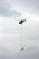 Helikopter im Arbeitseinsatz - Hubschrauber, Himmel, fliegen, Propeller, Helikopter, Maschine, Fluggerät, Hubschrauber, Rettung, Einsatz, Luftrettung, Sicherheit, fliegen, Helikopter, Rotor, Physik, Aerodynamik, Rotorblätter, Pilot, schnell, Berufsbild, Beruf, Luftfahrzeug, Heli, drehen, aufsteigen, rotieren, Motorkraft, Auftrieb, Vortrieb, Flügel, Tragflächen, Drehflügler, Flugleistung, Steighöhe, Höhe, Leistung