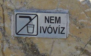 Hinweisschild Trinkwasser - ungarisch - ivóvíz, Wasser, Trinkwasser, Hinweis