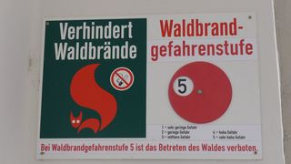 Hinweisschild - Hinweis, Schild, Waldbrand, Bandschutz, Gefahr, offenes Feuer, Waldbrandgefahrenklasse, Waldbrandgefahrenindizes, Warnstufenmodell, Waldgebiete