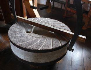Mühlstein #1 - Mühle, Mühlstein, mahlen, rund, Stein, Getreide, Windmühle, Müller, Kreis, Zylinder, Kreisring, Masse, Dichte, Physik