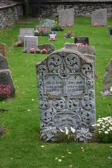 Grabstein  - Grabstein, alt, Friedhof, Muster, Ornamente, Engel, Blumen, Gedenken, Allerheiligen, Allerseelen, Tote, Totengedenken, Religion, Christentum, Grab, Gräber, Inschrift, Norwegen