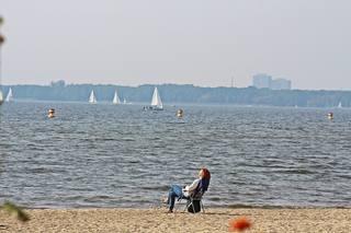 Entspannung am See - Herbst, See, Ruhe, entspannen, Gelassenheit, Hobby, Meditation, Entspannung, Einkehr, rasten, Weitblick, ausruhen, Stuhl, sitzen, Impression, einhalten, Herbst, Pause, Wasser, Sand, Strand, Stillleben, pausieren, innehalten, Redeanlass, Schreibanlass, verweilen, Wassersport, Freizeit, Ferien, Freizeitgestaltung, Erholung, erholen, chillen, relaxen, sich regenerieren, ruhen, verschnaufen, to relax